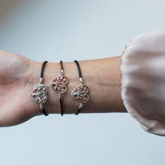 Für jeden Geschmack das passende Armband. Die Julie Julsen Poems Of Life Kollektion.   #juliejulsen #poemsoflife #herzarmband #herzschmuck #baumdeslebensarmband Bracelets, Jewelry, Tree Of Life, Neck Chain, Silver, Bangles, Jewlery, Jewels, Bracelet