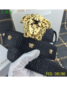 5 things women with good style always do Versace Jewelry, Versace Shoes, Designer Belts, Designer Clothes For Men, Mens Luxury Belts, Versace T Shirt, African Clothing For Men, Indian Men Fashion, Moda Masculina