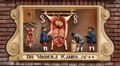 Oudezijds Voorburgwal in Amsterdam. Op deze plek was vroeger een vleeshal. Vinders zijn keurmeesters; zij houden toezicht op de leden van het gilde om de kwaliteit te handhaven.