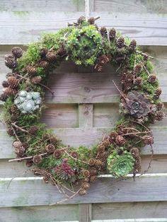 Herfst krans. Mos, vetplanten, en materiaal uit bos. Veel plezier