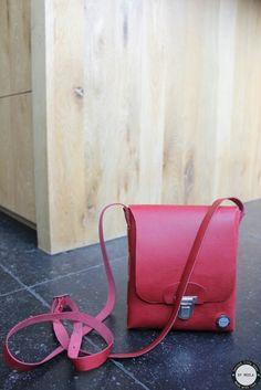 CUSTOMIZED ONE PIECE  Ook deze customized one piece is gemaakt voor op een hele bijzondere dag. De tas is gemaakt naar de wensen van de klant. Als eerste de kleur rood, past perfect bij de schoenen. Veel plezier met jouw nieuwe tas. Www.lerentasjes.nl #bymeola #lerentasjes #onepiece #customized #kobaltblauw #color #leather #eenstuk