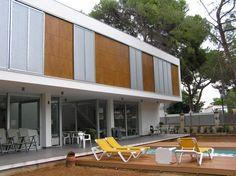Os presentamos este trabajo realizado en Valencia. Lamiplast suministró tablero compacto de exterior Polyrey para la ejecución de esta obra. Se utilizó el compacto tanto para la fachada como para panelar las puertas de entrada.
