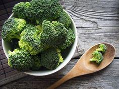 ブロッコリーは栄養豊富なスーパーフードだと言われています。ビタミン、βカロテン、葉酸など、美容と健康に必要な栄養素がぎっしり詰まっているので、どんどん食事に摂り入れたいですね。そこで、今回はブロッコリーを使うサラダをご紹介したいと思います。