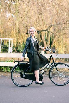 @findingfemme wears black Modcloth skirt, black leather jacket and black ballet flats on black Lekker bike.