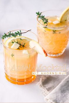 Der perfekte Montag-Abend-Drink: Eisgekühlter Apfel-Mocktail mit Ahornsirup und Thymian.  #ahornsirup #ahornsirupauskanada #mocktail #alkoholfrei #apfelsaft #punsch #sommerdrink Non Alcoholic, Cocktail Drinks, Dory, Moscow Mule Mugs, Smoothies, Mango, Food And Drink, Healthy Recipes, Homemade