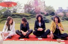 Stunning images & footage of Queen's first visit to Japan in 1975 & their triumphant return in 1976 Queen Ii, I Am A Queen, Roger Taylor Queen, Queen Photos, We Will Rock You, Queen Freddie Mercury, Queen Band, 29 Years Old, John Deacon