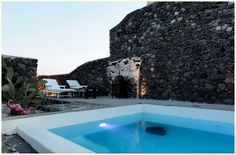 Volcanic pool: Mansion Kyani in Santorini