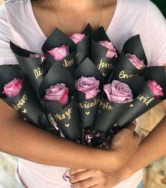 mi novio con flores - -manualidades para mi novio con flores - - 10 Wedding favors for guests Wedding favors Mini bouquets Bouquet Cadeau, Gift Bouquet, Candy Bouquet, Bouquet Flowers, Black Bouquet, Valentine Day Gifts, Valentines, How To Wrap Flowers, Chocolate Bouquet