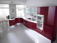 Cucina di lusso rossa, dal design suggestivo.