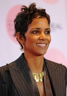 Halle Berrys chic, cropped hairdo