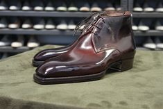 Freccia Bestetti - Chukka boot in French calf Borgogna. Sock Shoes, Men's Shoes, Shoe Boots, Dress Shoes, Fashion Casual, Fashion Shoes, Gentleman Shoes, Mens Shoes Online, Italian Leather Shoes