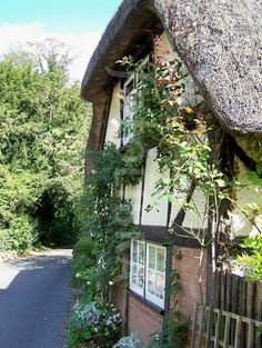 English thatched cottage Cottage Living, Cozy Cottage, Cottage Pie, English Country Cottages, Country Homes, Cottages England, Country Cottage Interiors, Beautiful Places, Beautiful Pictures