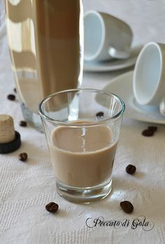 ricetta liquore alla crema di caffè, peccato di golaIngredienti per quasi 500 ml di prodotto: 65 ml di caffè stretto già pronto, 65 ml di latte intero a lunga conservazione, 200 ml di panna per dolci già zuccherata, 100 g di zucchero semolato, 50 ml di alcol puro a 90°.