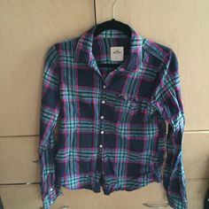 NWOT Hollister Plaid Buttondown NWOT never worn no flaws perfect condition :) size Large Hollister Tops Button Down Shirts