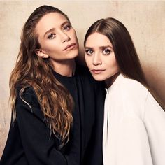 Olsen twins black and white Ashley Mary Kate Olsen, Ashley Olsen Style, Olsen Twins Style, Elizabeth Olsen, Ashley Olsen Hair, Olsen Sister, Elegantes Outfit, Beauty Queens, Pretty People