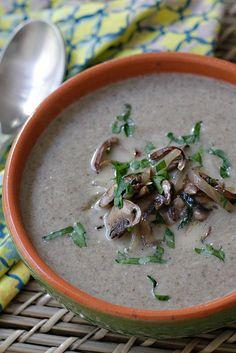 Una sopa espectacular! Ligera, saludable y fácil de preparar. Una receta deliciosa con champiñones lindos y frescos, con los sabores de la tierra. Para la sopa usé champiñones Baby Bella pero se puede usar cualquier variedad fresca.