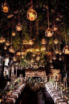 Magnífica decoración de boda en bosque encantado, en Upper House Hayfield, capturada por Shaun Taylor Photography.