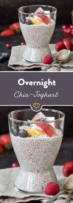 Heute vorbereiten, morgen genießen! Die kleinen Powerkörner quellen über Nacht und werden am nächsten Tag mit Früchten, Kokoschips und Schokodrops garniert.