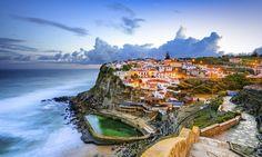 VAKKERT: Portugal har mye mer enn de velkjente turiststedene Lisboa og Algrave å by på. Landet er fullt av idylliske og historiske steder som turistene sjelden ser. Kystbyen Azenhas do Mar for eksempel, er med sine vakre bygninger og fantastiske sjømat-restauranter vel verdt et besøk. Og, byen ligger bare en halvtimes kjøretur fra hovedstaden. I Portugal er det ikke langt til noe. Foto: Shutterstock / NTB Scanpix