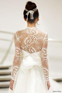 Increíble trabajo de encaje de la casa Emé di Emé. Delicadamente femenino este vestido de novia luce chantilly lace y cristales de Swarovsky.