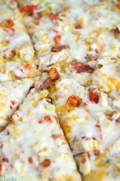 A spot on copycat Papa Murphy's Garlic Chicken Pizza, with homemade ranch sauce Chicken Garlic Pizza Recipe, Mushroom Pizza Recipes, White Pizza Recipes, Best Chicken Recipes, Chicken Ideas, White Pizza Sauce, Homemade Ranch Dressing, Good Pizza, Restaurant Recipes