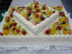 Fruit cake No recipe or directions but sure does look good and could probably be figured out by one who bakes. Holiday Desserts, Just Desserts, Fruit Tray Designs, Salad Cake, Fruit Salad, Fresh Fruit Cake, Cakes Plus, Corn Cakes, Classic Cake
