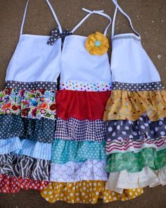 unable to locate a pattern for these, but maybe inspiration for design. Retro Apron, Aprons Vintage, Sewing Hacks, Sewing Crafts, Sewing Projects, Ruffle Apron, Learn To Sew, How To Make, Cute Aprons