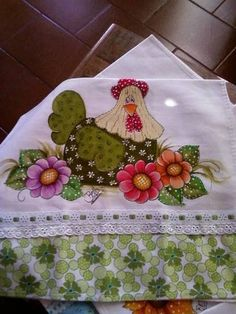 Galinha no jardim Chicken Quilt, Chicken Art, Tole Painting, Fabric Painting, Chicken Pattern, Applique Designs, Vintage Images, Needlework, Diy And Crafts