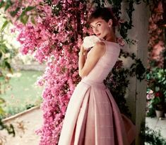 """Платья Одри Хепберн являются эталоном утонченности и женственности. Какие вечерние и свадебные платья в стиле Одри Хепберн носят сейчас и чем так знаменито платье из фильма """"Завтрак у Тиффани""""?"""