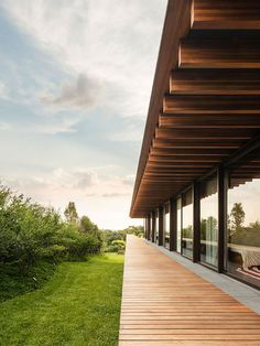 Reflecting pool divides São Paulo house by Jacobsen Arquitetura Modern Architecture Design, Amazing Architecture, Dream Home Design, House Design, Wood Columns, Weekend House, Glass Facades, Shade Structure, Wood Patio