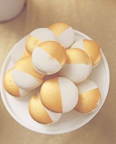 Gold & White Macarons! The French mini cake version of a black & white cookie. So beautiful! #frenchmacaron #macaron