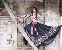 Choli Blouse Design, Choli Designs, Blouse Designs, Garba Dress, Navratri Dress, Indian Dresses, Indian Outfits, Pakistani Outfits, Dandiya Dress