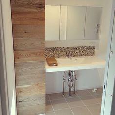 女性で、3LDK、家族住まいの洗面所 収納/タイルの床/モザイクタイル/transdesign/イエコト。…などについてのインテリア実例を紹介。「建築中」(この写真は 2015-04-18 21:29:00 に共有されました)