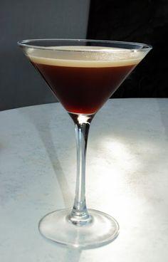 Espresso Martini Rezept! Der Espresso Martini gehört zu meinen liebsten Cocktails.  #weekendstarter #cocktails #drinks #recipe #espressomartini Espresso Martini, Cocktails, Drinks, Cooking, Tableware, Glass, Craft Cocktails, Drinking, Beverages