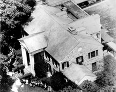 An aerial shot of Graceland just after Elvis' death. Note all the flowers and the policemen on the front stairs