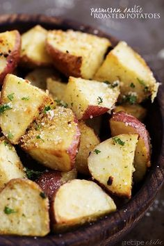 Parmesan Garlic Roasted Potatoes   Appetizing Side Dishes For Chicken You'll Love   https://homemaderecipes.com/14-side-dishes-for-chicken/