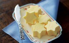 Jeitinho fácil e delicado de começar o dia com beleza à mesa: sirva a manteiga em formato de estrelinhas. O segredo é usar o laticínio na temperatura certa, nem congelado nem derretendo. Corte com um cortador de biscoitos assim que tirar da geladeira