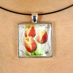 Joli pendentif fait avec un timbre-poste oblitéré par PetiteMeduse sur Etsy https://www.etsy.com/fr/listing/231103005/joli-pendentif-fait-avec-un-timbre-poste