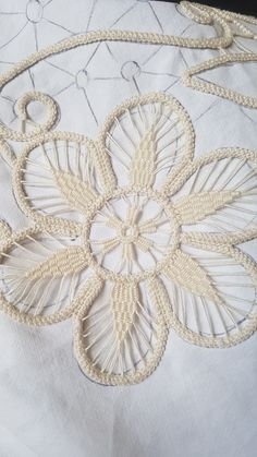 Best 11 Centro fiore – Page 493918284131258606 – SkillOfKing. Crochet Leaves, Crochet Motif, Irish Crochet, Crochet Doilies, Embroidery Stitches, Hand Embroidery, Embroidery Designs, Lace Patterns, Crewel Embroidery