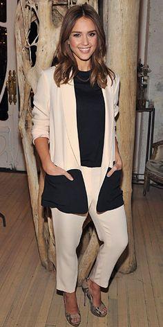 Jessica Alba  Para el lanzamiento de su nuevo sitio web, Honest.com, la actriz llevó un atuendo en bloques de colores con un conjunto de pantalones y chaqueta en rosa pastel  y bolsillos negros, confección de Jenni Kayne, y un top negro Kate Spade. Alba remató con zapatos peep toe  Jimmy Choo en piel de víbora.