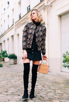 Street style com look usando saia botões com bota over the knee e bomber jacket
