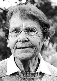 Barbara McClintock. Bióloga y botánica estadounidense. Profesora del Instituto de Tecnología de California, es conocida principalmente por su descubrimiento de que los genes del maíz pueden transferir sus posiciones en los cromosomas, lo cual resultó ser de gran importancia para la comprensión de los procesos hereditarios y abrió las puertas a la posibilidad de orientar las mutaciones. Fue galardonada con el Premio Nobel de Fisiología y Medicina en 1983.
