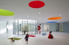スペインはマドリッドにあるRueda Pizarro Arquitectosによる、Infant School Student in Vereda ベレダの保育園は、子供達と教師(大人)の相反するスケールの二重性を克服したプロジェクトに仕上がりました。