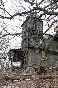 Hudson Valley Ruins by Rob Yasinsac Old Abandoned Buildings, Abandoned Mansions, Old Buildings, Abandoned Places, Creepy Houses, Spooky House, Haunted Houses, Spooky Places, Haunted Places