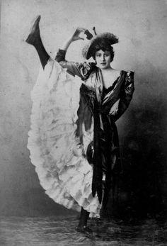 """galakospeculoos: """"L'Hirondelle"""" (""""The Swallow""""), Moulin Rouge dancer Le Moulin Rouge Paris, Moulin Rouge Dancers, Antique Photos, Vintage Photographs, Vintage Images, Vintage Dance, Vintage Burlesque, Vintage Circus, La Belle Epoque Paris"""