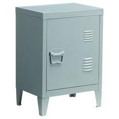 Een locker is de ideale kast voor in een industrieel interieur. Bij de Kwantum kwam ik deze kleine variant tegen. Makkelijk als nachtkastje...