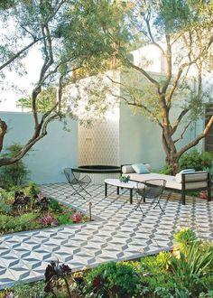 Un jardin couvert de carreaux ciments