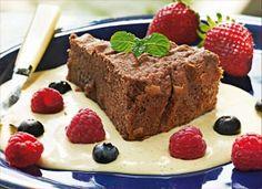 Super chokoladekage serveret med vaniljecreme