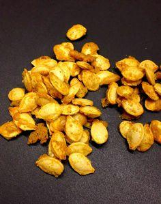 Comme les aliments complémentaires à la citrouille sont, entre autres, le curcuma, le curry, les épinards, l'oseille et le maïs, nous vous proposons quelques versions aromatisées, et aussi de les ajouter à une salade d'épinards, à une tombée d'épinards et grains de maïs ou encore à notre recette de pesto d'épinards aux graines de citrouille... #recettes #recette #fridayrecipe #chartier #recettesaromatiques #vendredirecette #recetteduvendredi Le Curry, Snack Recipes, Snacks, Almond, Stuffed Mushrooms, Chips, Vegetables, Pumpkin, Ajouter