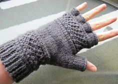 Free Knitting Pattern for Treads Tipless Gloves - Victoria Anne Baker's unisex gloves feature the linen ridge stitch that inspired the name of the pattern that can easily be modified to make full-fingered gloves, fingerless mitts, or even mittens. Loom Knitting, Knitting Patterns Free, Free Knitting, Crochet Patterns, Free Pattern, Stitch Patterns, Gilet Crochet, Crochet Gloves, Knit Or Crochet